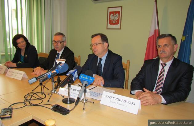 Od lewej wojewoda Ewa Leniart, minister Stanisław Szwed, marszałek Władysław Ortyl oraz starosta rzeszowski Władysław Ortyl. Fot. Adam Cyło