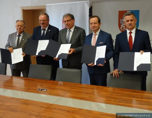Od lewej starosta przemyski Jan Pączek, członek zarządu województwa Piotr Pilch, starosta jarosławski Tadeusz Chrzan, starosta rzeszowski Józef Jodłowski i marszałek Władysław Ortyl