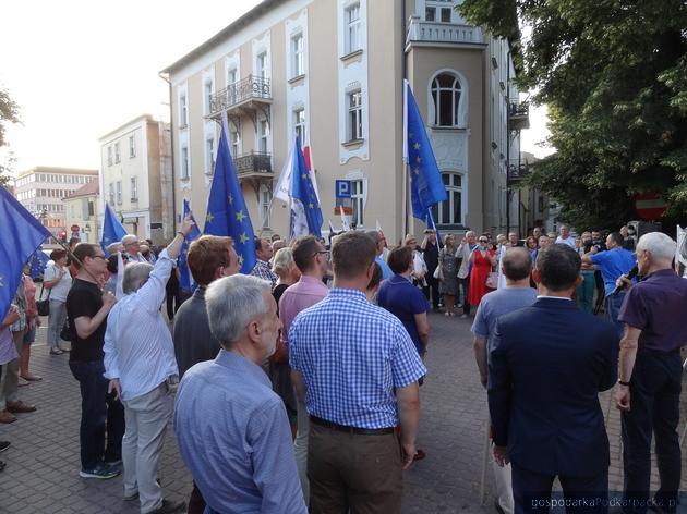 Manifestacja opozycji przed Sądem Okręgowym w Rzeszowie