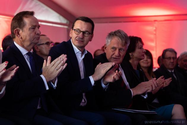 Od lewej marszałek Władysław Ortyl, premier Mateusz Morawiecki i prezes PGNiG Piotr Woźniak. Fot. KPRM