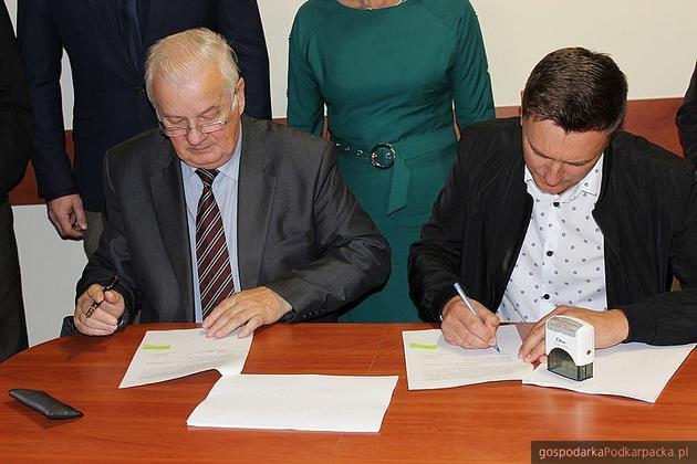 Podpisanie umowy na budowę hali