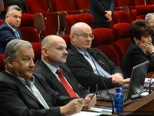 Radni opozycji sejmikowej. W okularach Andrzej Szlęzak