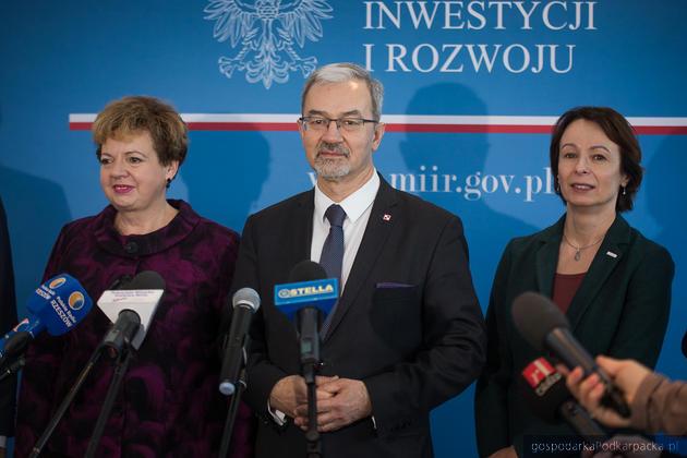 Od lewej wicemarszałek Ewa Draus, minister Jerzy Kwieciński i wicewojewoda Lucyna Podhalicz