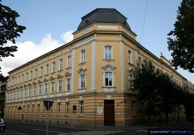 Trzy firmy chcą przebudować budynek NFZ w Rzeszowie