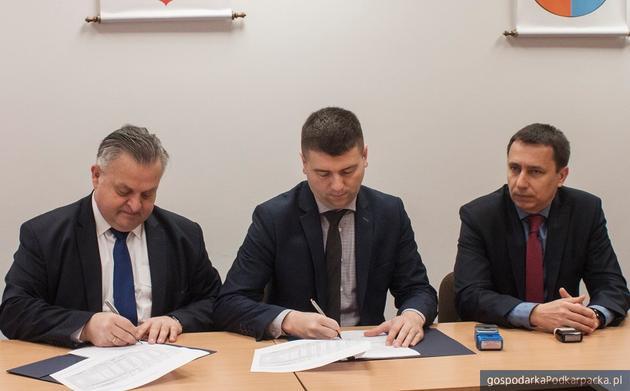 Od lewej człoenk zarządu województwa Stanisław Kruczek, wójt Jakub Czarnota i skarbik Wiktor Skoczyński