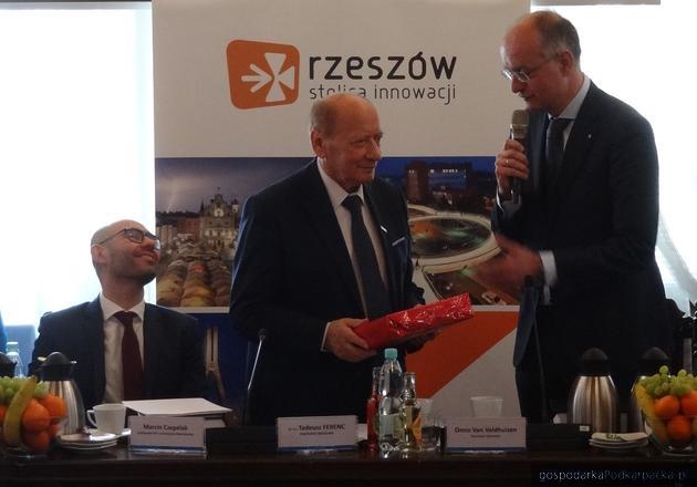 Od lewej ambasador RP w Królewstwie Niderlandów (Holandii) Marcin Czepelak, prezydent Tadeusz Ferenc i burmistrz Onno van Veldhuizen