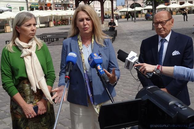 Od lewej komisarz Elżbieta Bieńskowska, poseł do PE Elżbieta Łukacijewska i prezydent Rzeszowa Tadeusz Ferenc. Fot. Adam Cyło