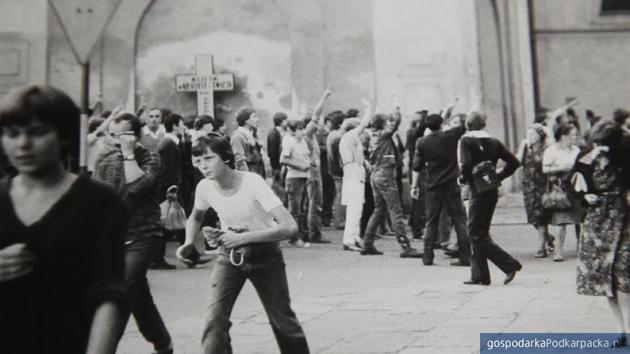 """Film """"Historia sierpnia 1982"""" w TVP3 Rzeszów"""