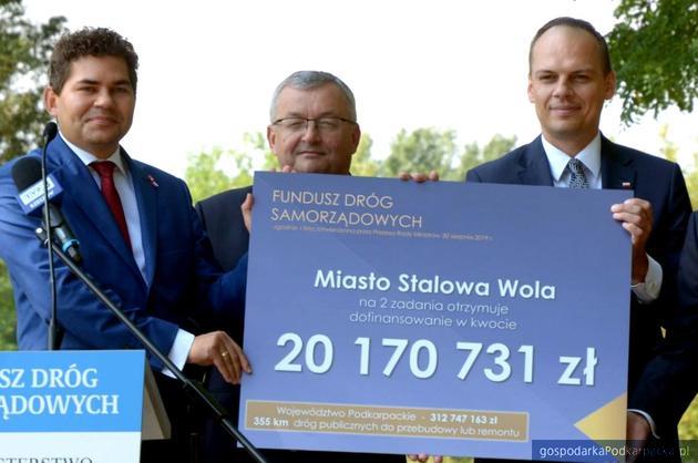 Od lewej prezydent Lucjusz Nadbereżny, minister Andrzej Adamczyk i wiceminister Rafał Weber. Fot. stalowawola.pl