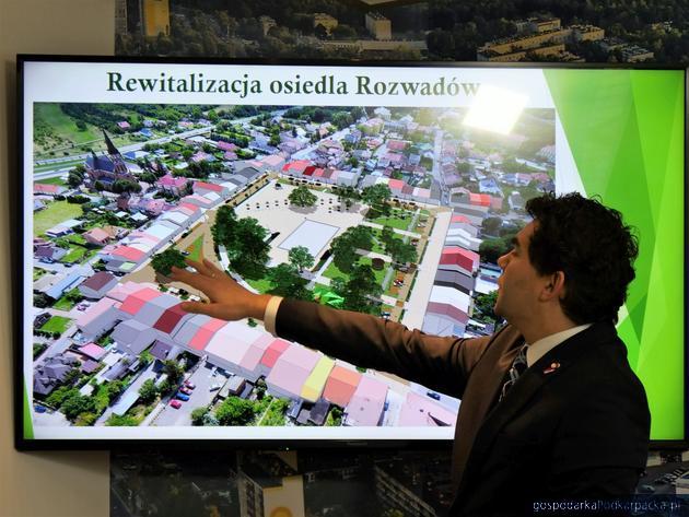 Prezydent Lucjusz Nadbereżny omawia projekt rewitalizacji. Fot. stalowawola.pl