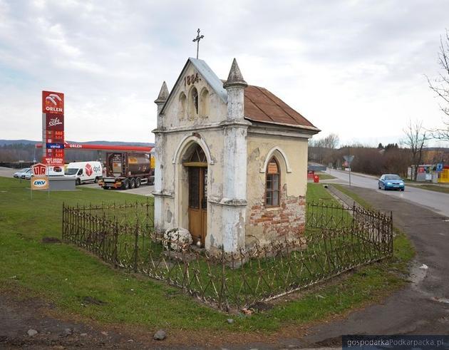Kapliczka przydrożna wraz z ogrodzeniem, położona w Lesku u zbiegu ulic Stawowej i Piłsudskiego. Fot. Podkarpacki Wojewódzki Konserwator Zabytków w Przemyślu