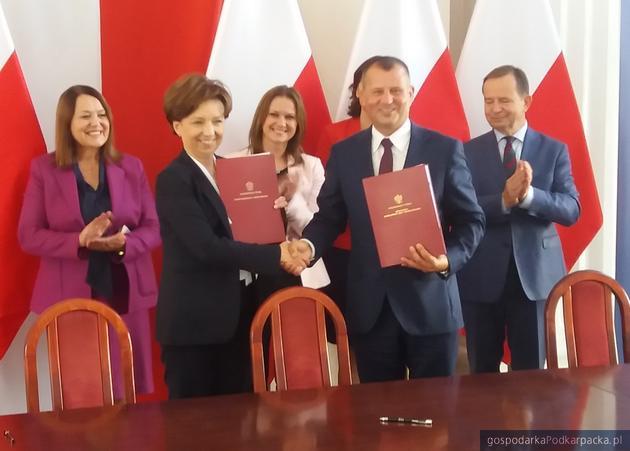 Z dokumentami minister Marlena Maląg i wójt Trzyńczy Ryszard Jędruch