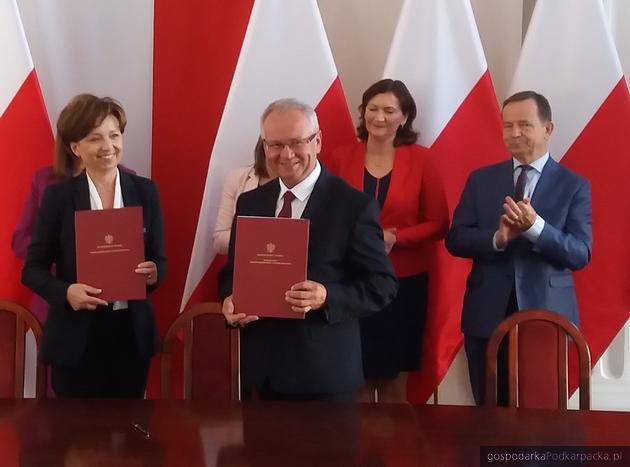 Od lewej (z dokumentami) minister Marlena Maląg i wójt Adamówki Edward Jarmułowicz